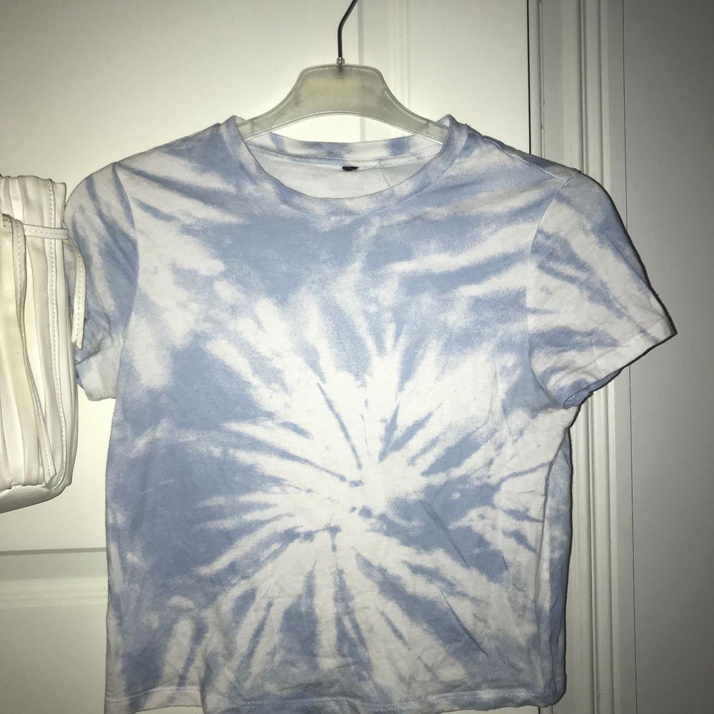 Söt topp, ganska kort, ganska tajt, använd fåtal ggr.. T-shirts.