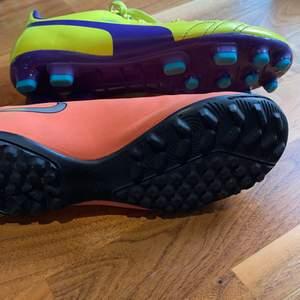 ✨Två par fotbollsskor är bara använda två gånger✨dem gula skorna är puma och dem oranga är i Nike✨ kontakta om du är intresserad av en eller båda(priset vissar för hur mycket en kostar)dem gula är i större storlek✨✨