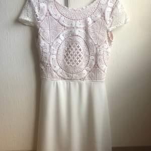 Denna klänning är från bubbelroom. Använd 1 gång så den är som ny. Jättefin i ryggen men säljer pga att jag har blivit lite för lång för den. Jag är 176cm lång. Nypris 499kr säljer för 120kr + frakt