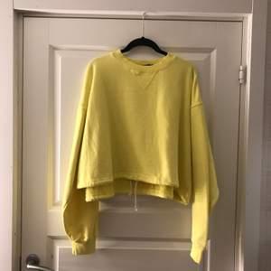En gul hoodie från BikBok. Nästan aldrig använd:) Köpare står för frakt💗 (kan även mötas upp)