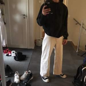 Säljer ett par Monki Yoko off-white jeans. Aldrig använda säljer pga att jag behöver en storlek mindre. Snyggt kkippta och fransade nere vid anklarna. Jag är 175 och har vanligtvis w29-30. Pris kan diskuteras ställ frågor!