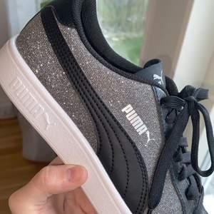 Ett par glittriga puma skor i super bra skick endast använd 1 gång. pris kan diskuteras💜