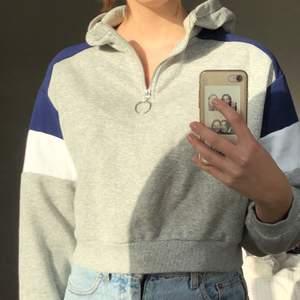 Superskön och snygg croppad hoodie med dragkedja + luva. Bra skick, knappt använd. Köparen står för frakt <3