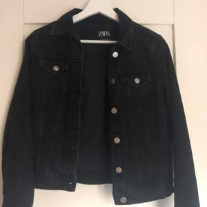En svart jeans jacka, köpt i Miami