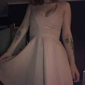 Superfin rosa klänning, perfekt för fest eller en utekväll. Skönt material och använd ca 3 gånger. Stoppar ovanför knäna. Snurrar du så får du den typiska prinsessa looken🥵 köpt för 400kr. Storlek XS men funkar även som S. Sitter relativt tight runt bysten. Från SisterS point. Spetsdetaljer på sidorna.