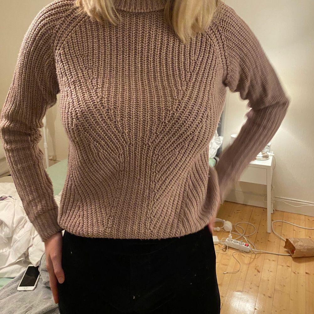 Fin stickad tröja från vero Moda. Tröjan är i färgen mauve och är i bra skick. Säljer för 150kr nypris 399kr. Storleken är xs men passar s också. Stickat.