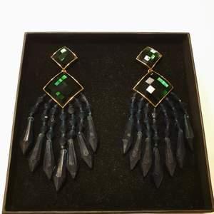 Säljer mina örhänen från kollektionen som Balmain gjorde för HM. De är mörkgröna och av clips-modell. Knappt använda.