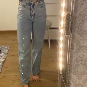 Raka jeans i storlek XS från Shein, vid yttligare frågor bara att kontakta mig💕 budgivning sker vid flera intresserade💖