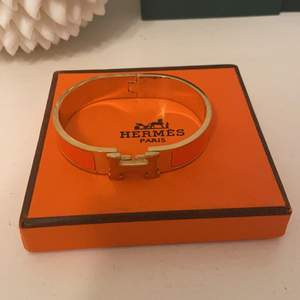 Hermesarmband i orange, kommer med dustbag och kartong, bra skick, inga skambud, kan mötas upp eller frakta. Köpt för 6200kr
