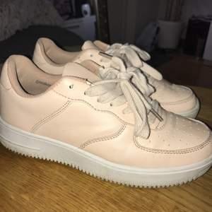 Supersöta skor köpte på Nelly, använda max 5 gånger. Har en superfin aprikos/rosa färg ⭐️ påminner mycket om Nike air.  Säljer pga har för många skor.
