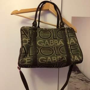 D&G väska! Inte äkta men väldigt fin och får plats mkt i den!