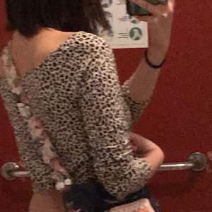 Snyggaste leopard tröjan, ärmarna är längre än vad det ser ut i bilden o lite längre, ger lite y2k vibes💕 . Kan mötas upp i GBG☺️