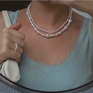 Säljer pärlhalsband och pärlringar som jag gör själv. Använder ellastisk tråd så jätteenkelt att få på sig👌🏼Prislista:                                                                                 ⚪️ Mixad storlek på pärlor - 75kr                                                ⚪️ Bara små pärlor - 85kr                                                        ⚪️ Mixade små pärlor - 80kr (sista bilden, köpare som designat själv)                                                                       ⚪️ Ring - 25kr                                                                                   ⚪️ Armband - 45kr                                                           Storleken på smyckena får du välja själv, om du har någon annan designidé så är det bara att skriva 💖 Skriv gärna om du har frågor eller är intresserad🥰