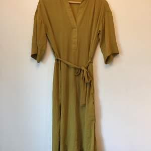 Tunn, fin klänning med slitsar i sidorna. Mycket sparsamt använd så den är i toppenskick.