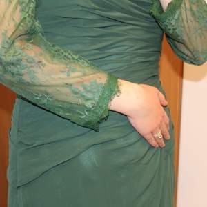 OBS! Bilderna beskärs på Plick så skriv privat för hela bilder. 😃 Grön aftonklänning med en snygg bolero i spets som gör klänningen festligare. 💚 Klänningen kan bäras med eller utan boleron. Storlek L-XL. Möts upp eller fraktar, skriv privat för fraktkostnaden.