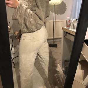 Säljer mina snygga Zara byxor då dem tyvärr är för små för mig, använda fåtal gånger!