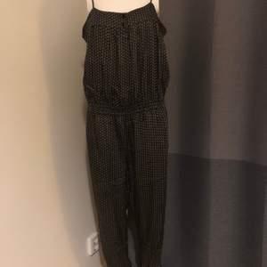 Fin mörkblå jumpsuit från Noa Noa i storlek M. Passar S-M. Använd ett fåtal gånger och är som ny.