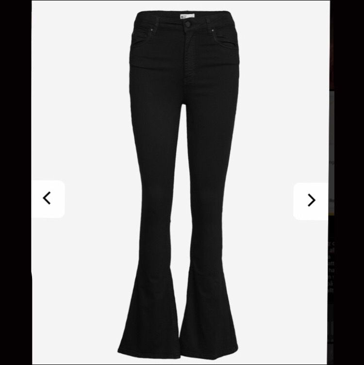 Säljer mina svarta bootcut jeans från Gina Tricot då de är för små för mig. Kan skicka fler bilder på byxorna vid intresse. De är i bra skick. De går ut lite mer än vad der ser ut som på den andra bilden, men de är som sagt för små för mig.. Jeans & Byxor.