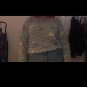 Säljer denna jättesöta tröja med dinosaurier på 💕 Köptes för några år sedan på H&M men har knappt använts sen dess :) Står inte vilken storlek men jag gissar på small/medium. Möts i Stockholm eller så står köparen för frakt ❤️
