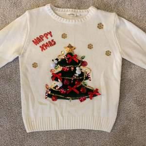 Varsågod att köpa en rolig jul-tröja från Kappahl fint skick använd 1-2 gånger roliga detaljer kul att ha på jul, vit stickad, säljer pga för liten. Köparen betalar frakten✌🏻