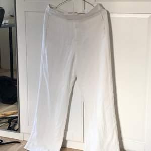 Byxorna är storlek 40 och är aningen korta för mig som är ca 170 cm lång (enligt mig som tycker om när byxorna är för långa). De är endast använda ett fåtal gånger och har inga som helst fläckar eller liknande. Finns tyvärr ingen bild från varken mig eller Lindex hemsida på hur byxorna sitter på benen, men jag skulle beskriva dem som helt vanliga, högmidjade kostymbyxor med vida ben. Superfina! Köparen står för frakt.