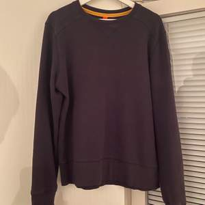 Washed black/grey parajumper tröja. Storlek är S men den är lite oversize och kan passa dig som vanligtvis bär M. Tröjan är från en äldre modell men är i gott skick! Köpare står för frakten!
