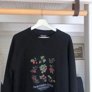 Tung sweatshirt i vintagestil, visar några av bären ifrån norr. Går ej och få tag på längre och skicket är 9/10 (knappt använd då den är för liten för mig) Storlek: S