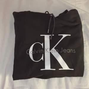 Jätte snygg hoodie  från calvin klein! Nypris är 1299 och jag säljer för 250kr.  Hör av er för frågor💓💓