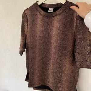 Jättefin guldglittrig tröja från GinaTricot, storlek M. Använd fåtal gånger, alltså i bra skick. Passar perfekt nu till jul och nyår🎉 80kr plus frakt. Skriv för mer info och bilder:)