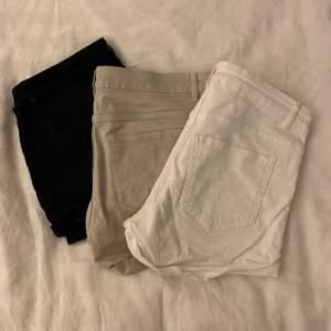 Ett par vita, beiga och svarta shorts. De svarta är i storlek 34 och dem andra i 36. 25 kr styck