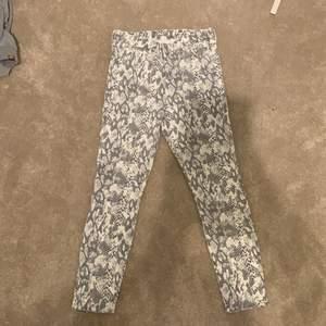 Jeans från HM i storlek 40 men sitter som en 38. Lite korta i benen. Jeansen har ett ormprint och är riktigt snygga. Jag är 174 och de sotter bra på mig. Passform på sista bilden