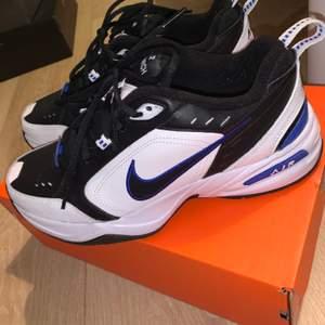 Nike air monarch IV storlek 42,5 Vit och blå colorway i nyskick!! Säljer för att jag har använt dom 1 gång och insåg att dom blev för små. Skulle tro att de passar lite mindre storlekar också. Går för ca 1300 på stockX och säljer för 1150kr inkl frakt🤩✨