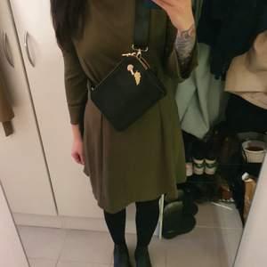 Fin klänning från HM I storlek EUR 40, så skulle säga passa storlek M i polyester.