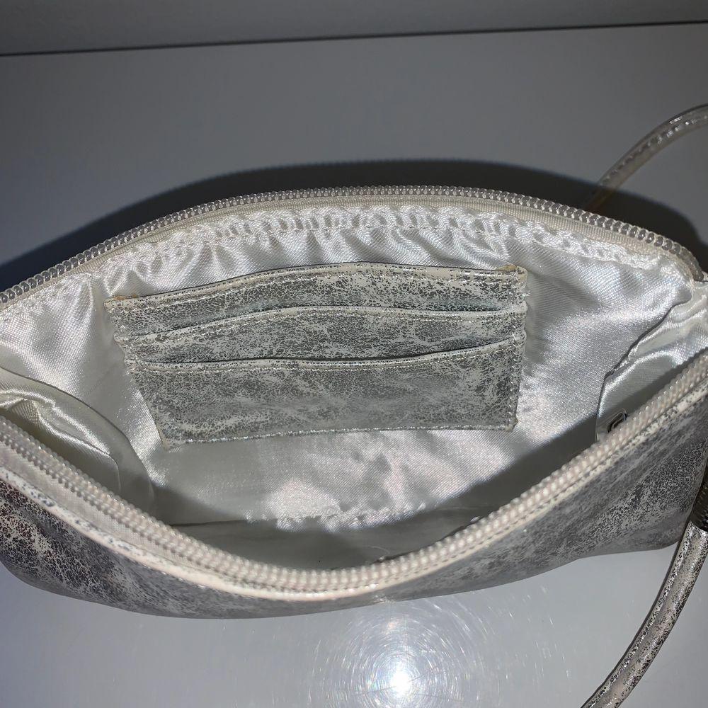 Hej! ☺️ Säljer denna jättefina Ulrika design väskan köpt från miinto för 399kr. Jag var endast andvänt den en gång på min bal! Man får med ett långt crossbody band på köpet. Säljer den för endast 40kr. Väskor.