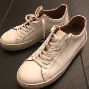 Vita sneakers i skinn. Köpa för 1600kr men för små i storleken. Toppen skick