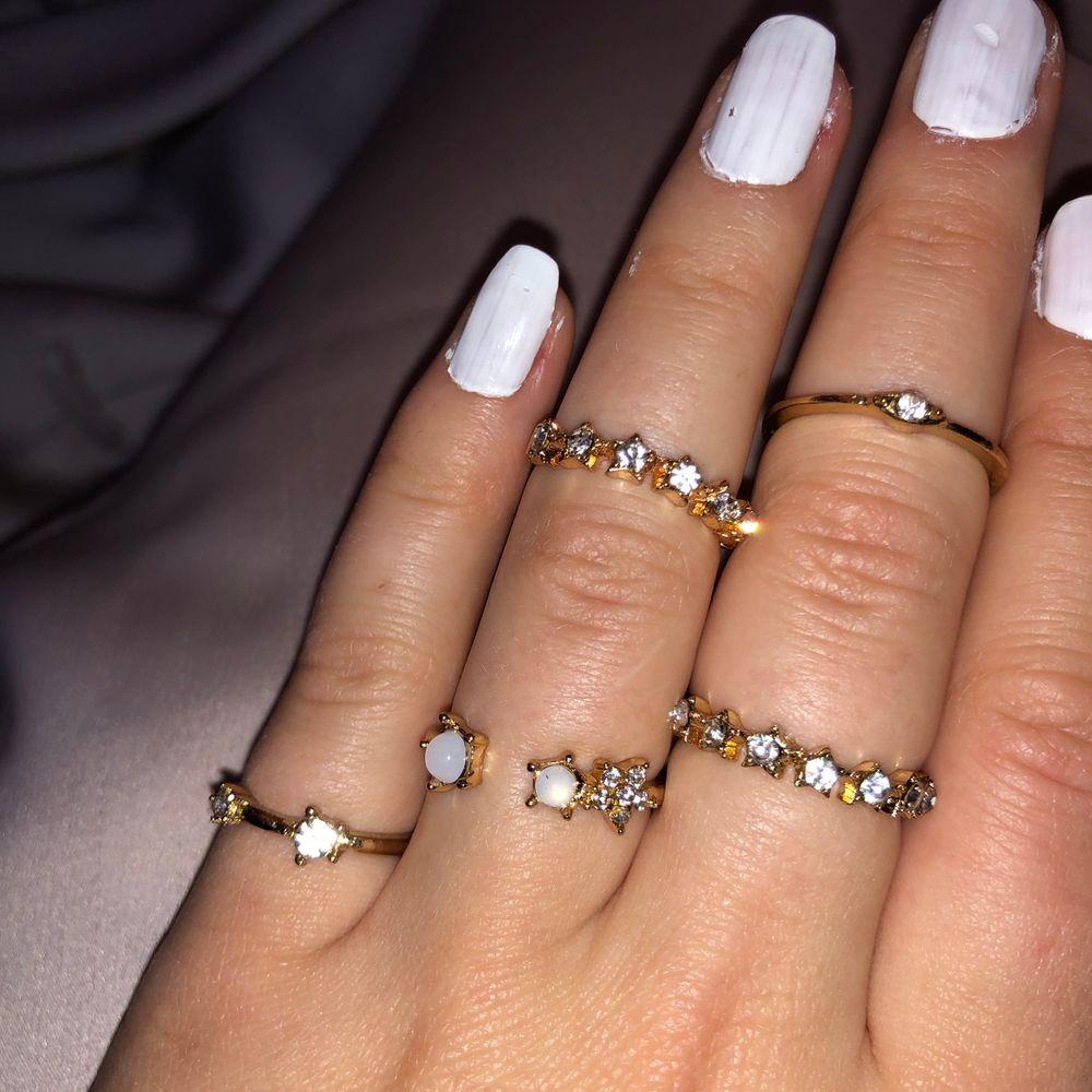 Guldiga ringar med diamanter i olika motiv. 15kr/st paketpris för flera ringar kan diskuteras🥰. Accessoarer.
