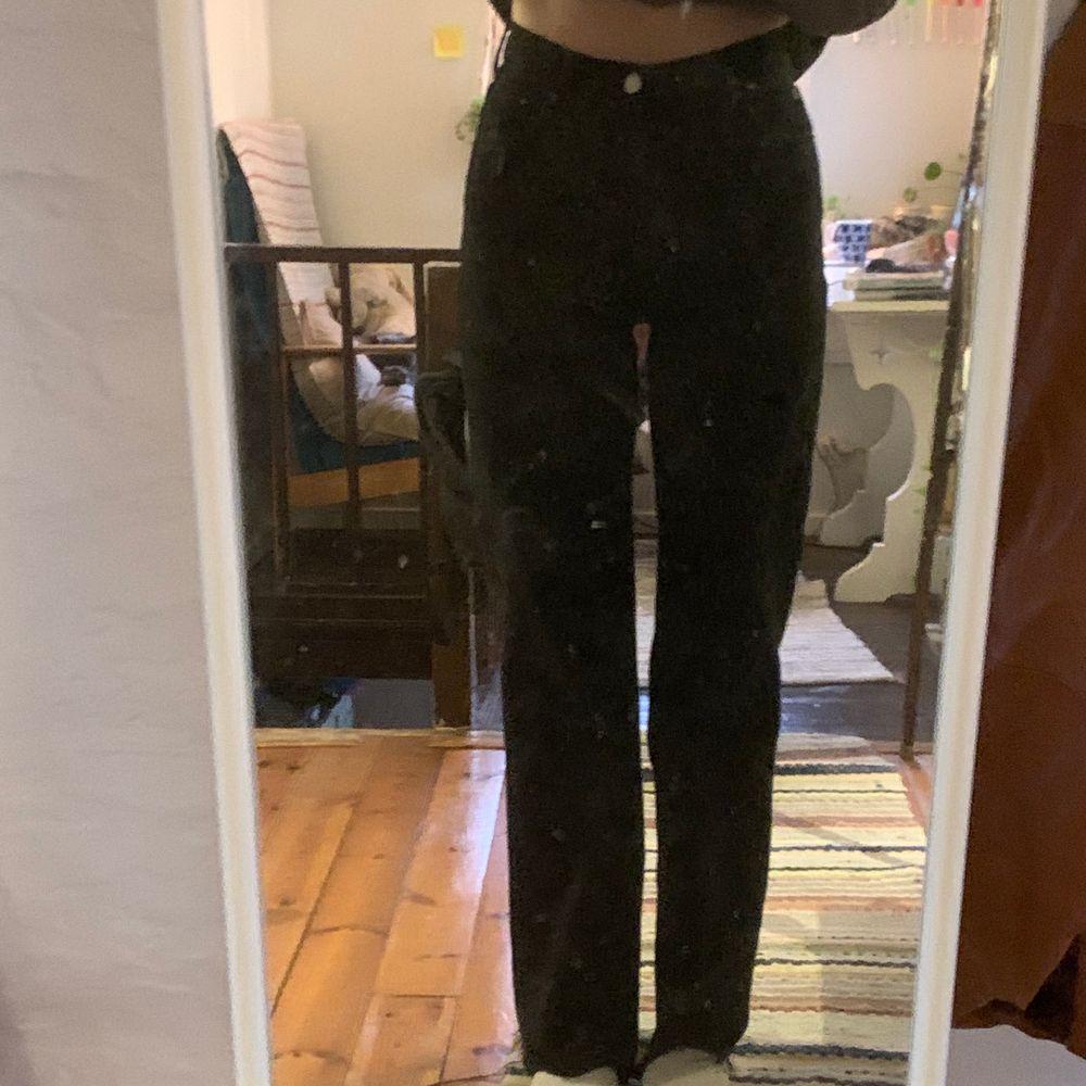 Svarta raka jeans från zara. Passar ner till marken på mig som är 175cm och har en avklippt söm. Andvända ca 3 gånger så i bra skick köpare står för frakten. Skriv för fler bilder. Jeans & Byxor.