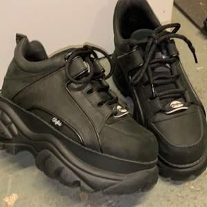 Säljer mina buffalo sneakers som jag använt Max 5 gånger. Nyskick! Nypris 1800. Små i storleken, är vanligtvis storlek 38 i skor!Material 100% Läder. Knytning framsida, inget foder. Chunky sneakers med platåklack.