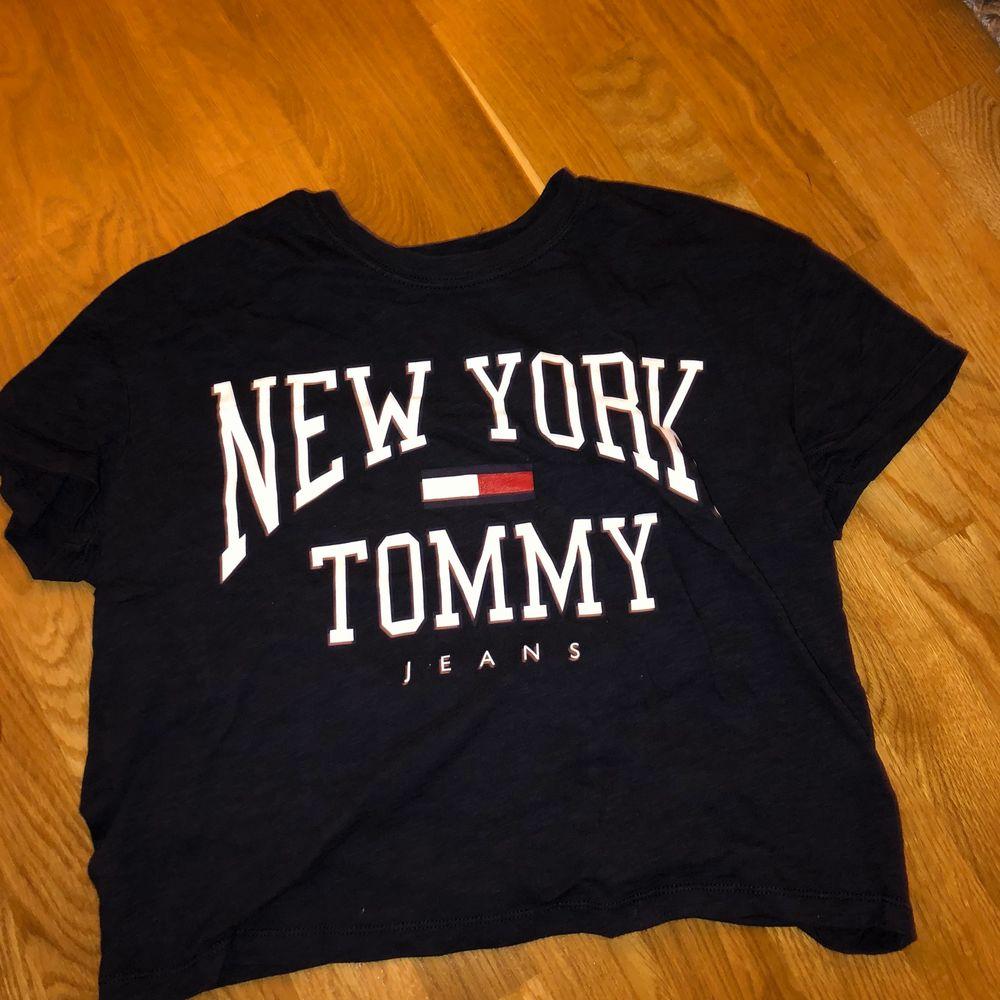 Jätte snygg T-shirt från Tommy Hilfiger. På bilden ser den svart ut men den är mörkblå. Aldrig andvänd❤️ (frakt tillkommer) . Skjortor.