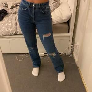 Vida jeans från ASOS i en lite tightare modell. Storlek W28L32, säljer dom för att dom är lite för små för mig. Rekommenderar till dom som vanligtvis bär byxor i XS. Jag är 165 och de når till mina hälar.