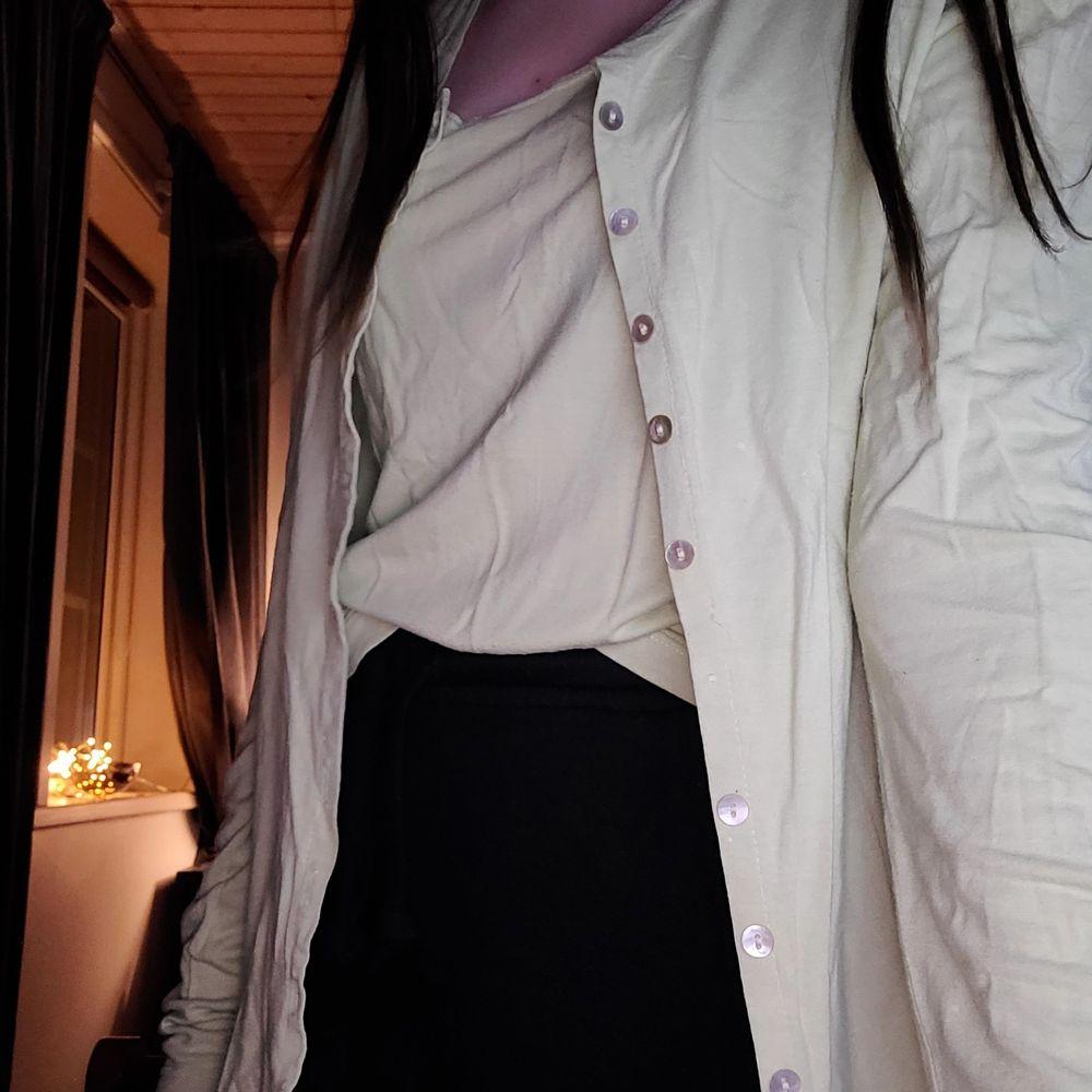 Två plagg som hör ihop ifrån Olsen i storlek GB 12, själv bär jag xs-s😊. Topen har ett litet hål bak i ryggen och så saknas det 2 knappar på koftan men det finns en extra knapp på en lapp.💕. Toppar.