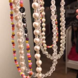 Hej! Jag säljer handgjorda smycken i mycket fin kvalite. Kom med egna idéer som färger, strl och text exempel. Pris 99 - 120kr . GRATIS FRAKT! 🐷🌸