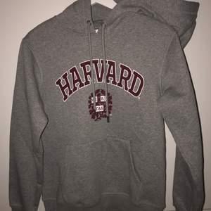 Säljer denna oanvända Harvard hoodien då den inte kommit till användning💕 storlek XS