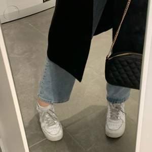 Säljer jeansen till vänster om tredje bilden. Högmidjade jeans som är raka i benen. De är i väldigt gott skick, nästan som nya! Storlek L men sitter mer som en M ⚡️🦋 Jeansen är perfekt längd för mig som är 168 cm! frakten ingår inte i priset och betalning sker via Swish