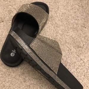 Storlek 36, sandaler med paljett detaljer. Aldrig använd, kontakta vid intresse