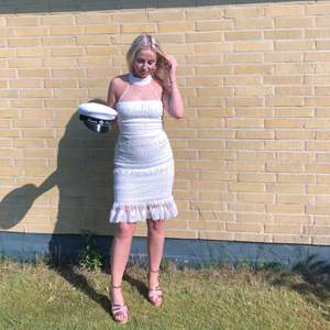 Anvönd en gång superfin vit spetsklänning, dragkedja i ryggen. Köpt nypris 799kr från dennis maglic säljer för 250kr