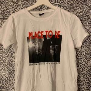 Vit t-shirt med tryck från Gina tricot, aldrig använd!