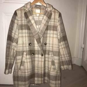 H&M populär kappa. Använd cirka en gång. Väldigt liten i storleken, då den sitter som en M.