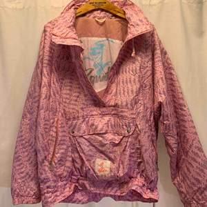 Luhta powder ski 80-tals jacka, storlek 42 oversized. Jackan är i mycket gott skick, kan hämtas i Uppsala eller skickas mot fraktkostnad.