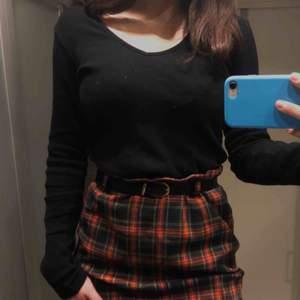 En jätte fin kjol i storlek 40 men jag brukar vanligtvis ha storlek 36, passar mig endå med skärp ✨ Baksidan har en blixtlås. Kjolen är ungefär 50cm lång ✨ 60kr + frakt